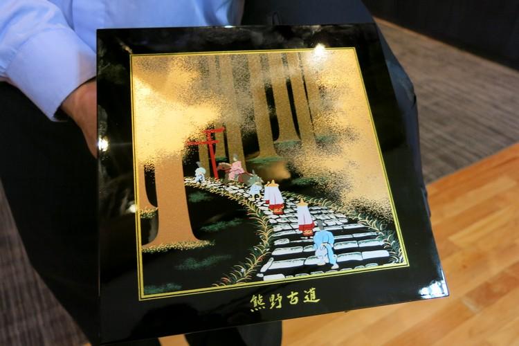 和歌山一行贵宾赠送以示纪念。
