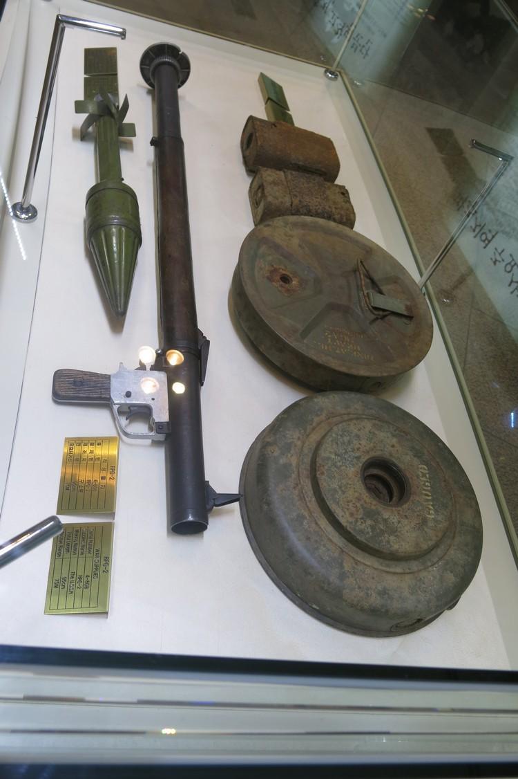 当年战争用的武器都被收藏在玻璃橱柜里供展示用。