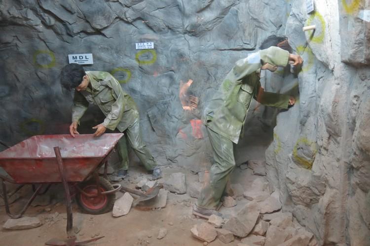 博物馆内模拟出当年士兵挖掘地道的场景。