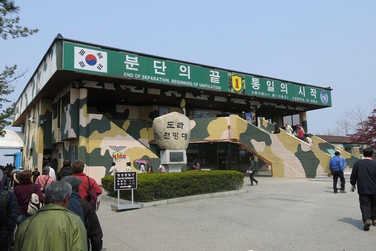 在都罗展望台,你可以透过眼前的几台望远镜,看尽开城工业园、松鹤山辽阔的景致,以及开城市周边、北韩的合作农场等景致。 只是如此美景的背后,有谁想到在战争的时候,南韩曾经拼命死守于此?