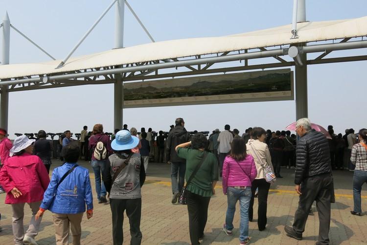 许多人在这里遥望前方的北韩。