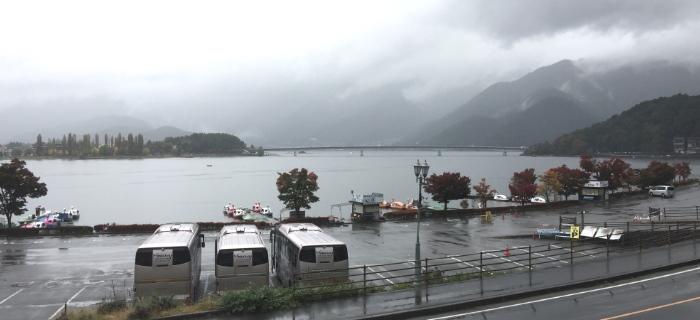人在当年的景致前,满到快溢出的想念。 摄于富士山河口湖一家很好吃的餐厅窗外