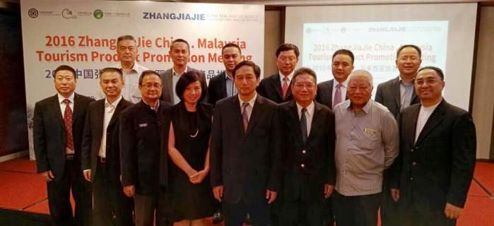 张家界市人民政府副市长欧阳斌(左5)连同要员抵马和5家大马旅行社现场签署合作协议。蘋果亞洲執行董事邓丽君(左4)于现场代表签署。