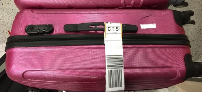 抵达并在领取行李箱时发现有损坏,第一时间到行李客服部门做一份报告,回程后连同机票、填妥好的申请书一同呈交给保险公司即可。