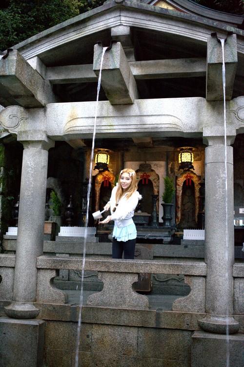 据说喝了音羽瀑布可以长寿、身体健康及学业进步。到了清水寺一定要喝一口音羽瀑布的水。