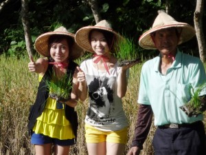 """原来台湾夏天在凌晨五点半就已经天亮了制作人说今天的任务是要""""下田耕种""""。Oh…… My God!"""