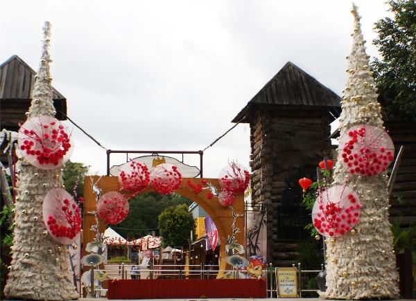 爱化摩沙度假村牛仔城入口处,张挂了许多春节装饰。