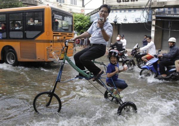 虽面对严重水患,但泰国市民们大都处之泰然,更能不时苦中作乐,。(图片摘自www.voanews.com)