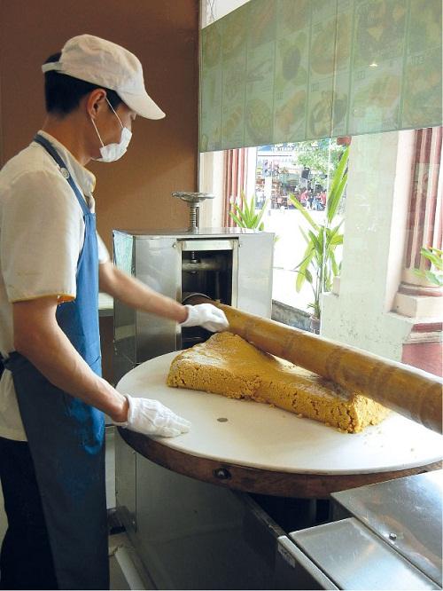 竹升面是用大茅竹竿压打出来的,制作过程繁琐。