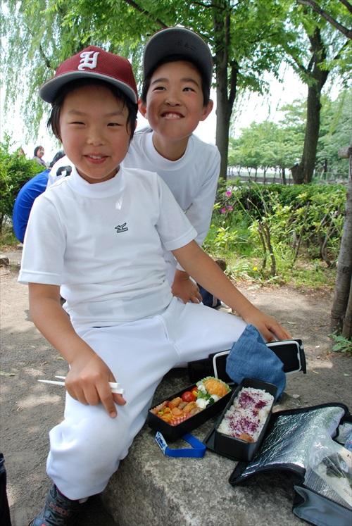 遇见正要享用便当的日本小孩