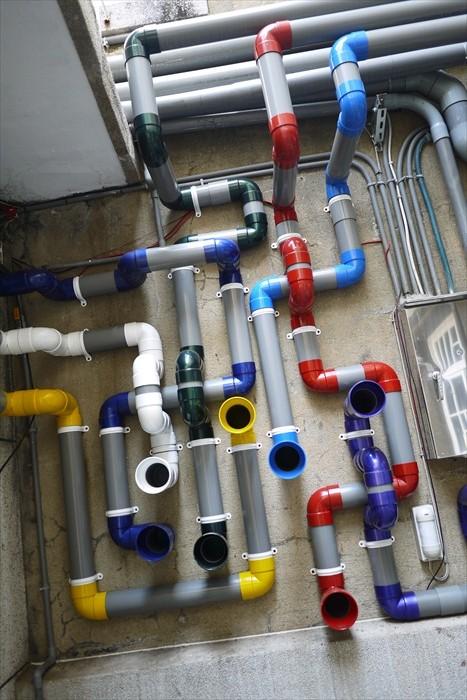 乍看以为是普通的水管,其实是艺廊的水管装置艺术传声筒。