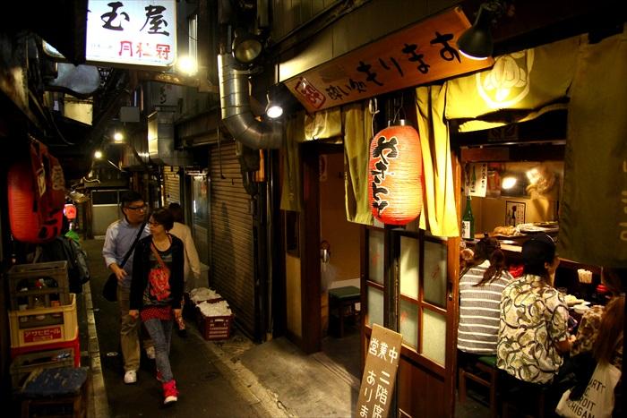 """新宿""""思い出横町""""小巷散发着怀旧的居酒屋氛围"""