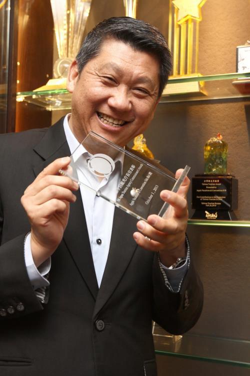 李桑展示蘋果旅游获得的奖项时,笑得合不拢嘴。