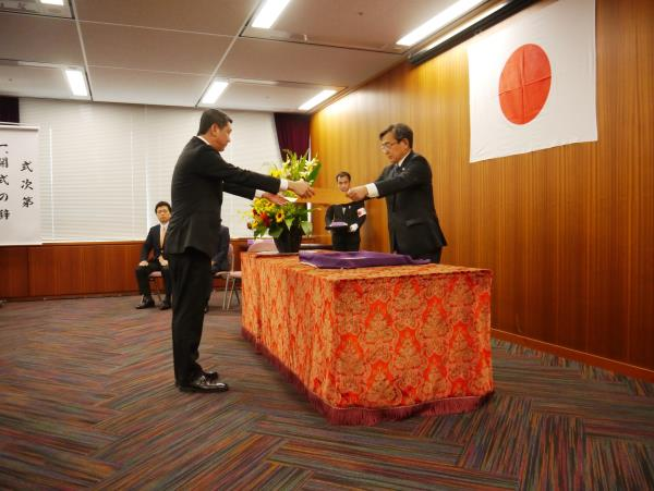 """李桑由日本观光厅长官久保成人手中接获""""观光厅长官表彰2013""""奖状。"""