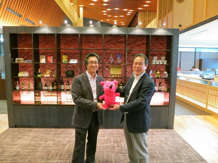 千叶县旅游推广高级总监椎名诚(右)赠送千叶大使(chi-ba-kun)给蘋果旅遊集团副董事经理拿督斯里许育兴以示纪念。