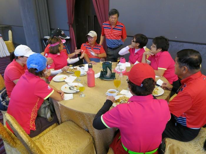 比赛开始前,赛手们前行宴厅享用午餐,谈笑风生地在交流。