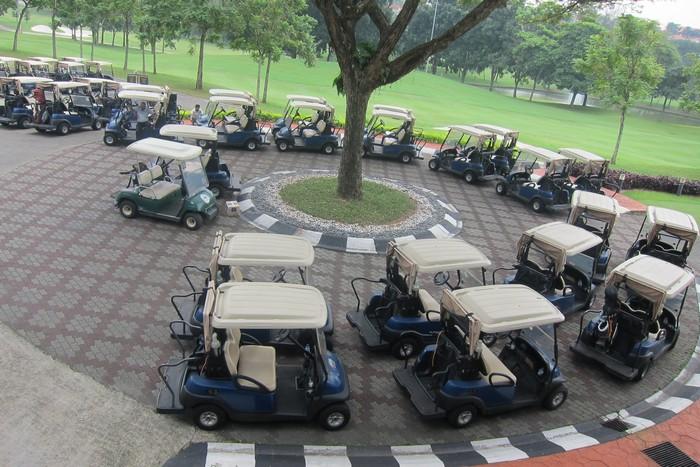 一切准备就绪的高尔夫球车。