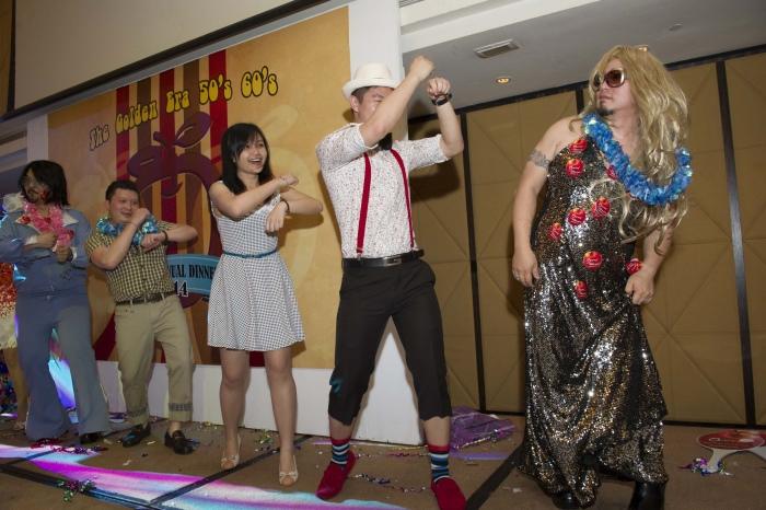 简单的舞步让在场的人都可以立即学会一起跳!