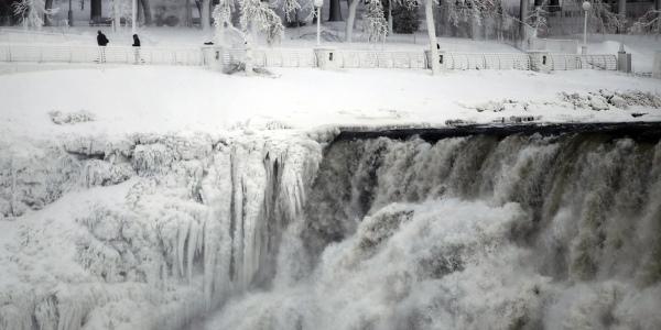 位于美国和加拿大之间的尼亚加拉瀑布在极地涡漩袭击之下,部分已经冻结。