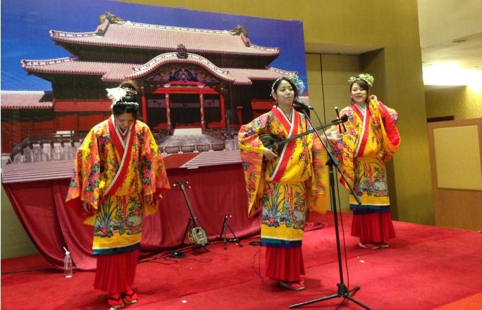 表演者以冲绳传统乐器三味线为现场来宾带来精彩表演。