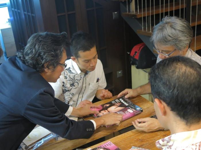 Koh san正展示最新的一期My wedding杂志冲绳岛婚纱拍摄特辑。