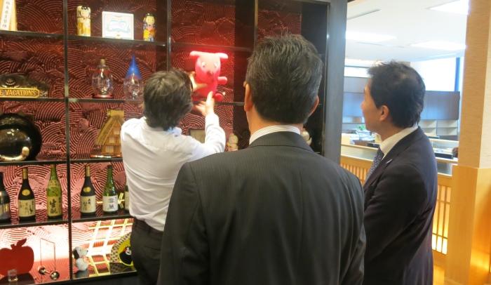 Koh san向来宾展示早前到蘋果来探访的千叶县团队所带来的纪念品。