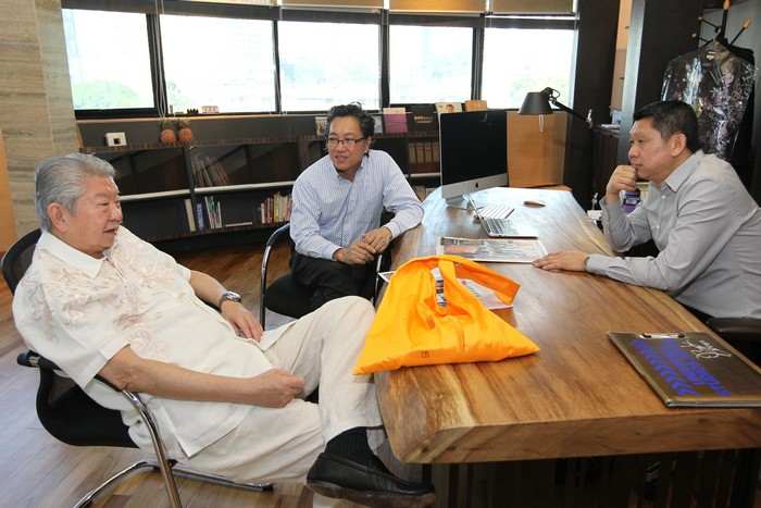 三人在李桑刚新建成的办公司畅所欲言。左起为蔡澜、蘋果旅遊集团副董事经理拿督斯里许育兴及蘋果旅遊集团董事经理拿督斯里李益辉太平绅士(李桑)。