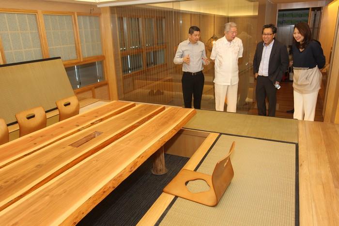 新闻发布会未开始前,陪同蔡澜参观拥有浓厚日本气息的蘋果旅遊大厦会议室。
