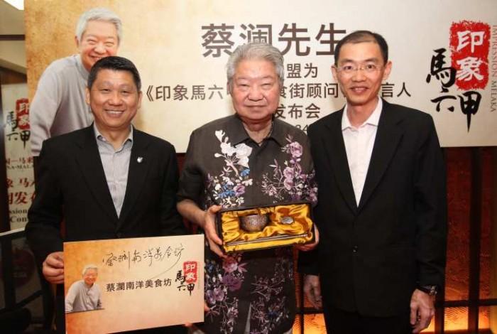 巫光伦(右起)赠锡碗筷给蔡澜,左为李益辉。