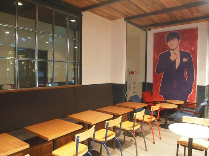 咖啡厅的面积宽敞舒适,设有室内与室外座位。