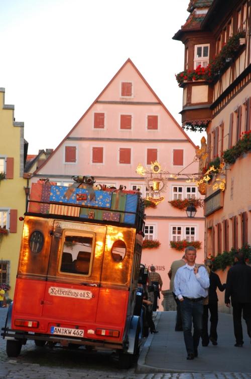 罗登堡圣诞村门口摆放了一辆载满色彩缤纷圣诞礼物的传统车。