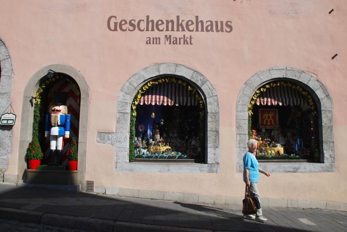 老城里的商店几乎以贩卖圣诞饰品为主。