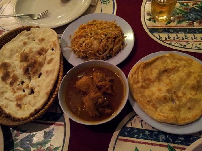 这是我们第一天晚上在永珍吃的晚餐:印度煎饼。