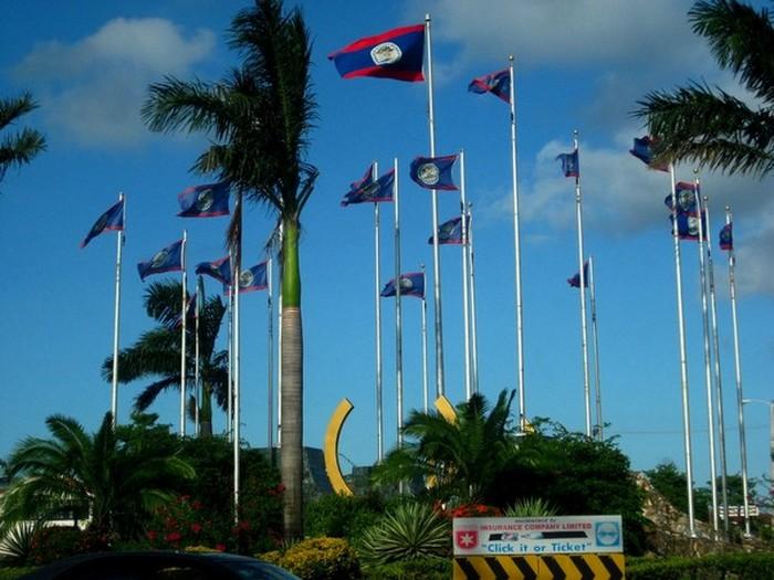 伯利兹的国旗飘扬