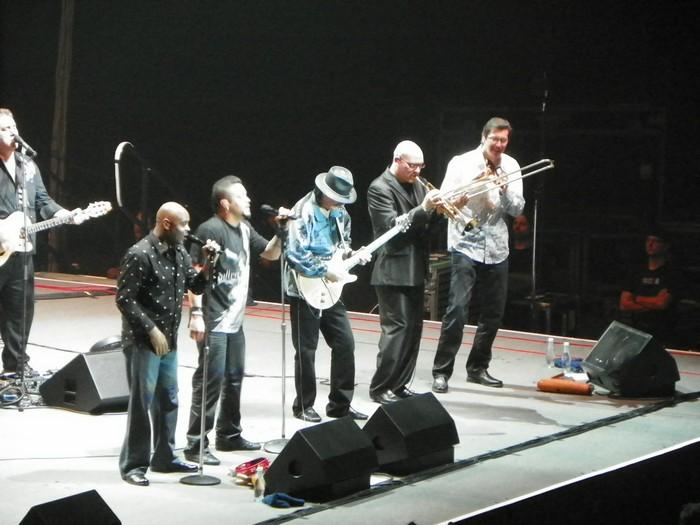 屋檐下的墨西哥朋友邀约下,参与了一场音乐盛会。舞台上,来自墨西哥的著名音乐艺术家卡洛斯·桑塔纳(Carlos Santana)与他的乐队们在舞台上卖力演出。