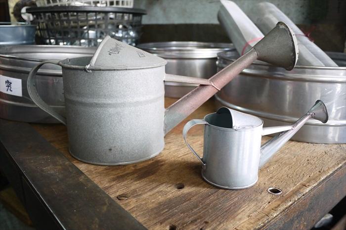 舀水的杓子和浇水的亚铅金属容器。