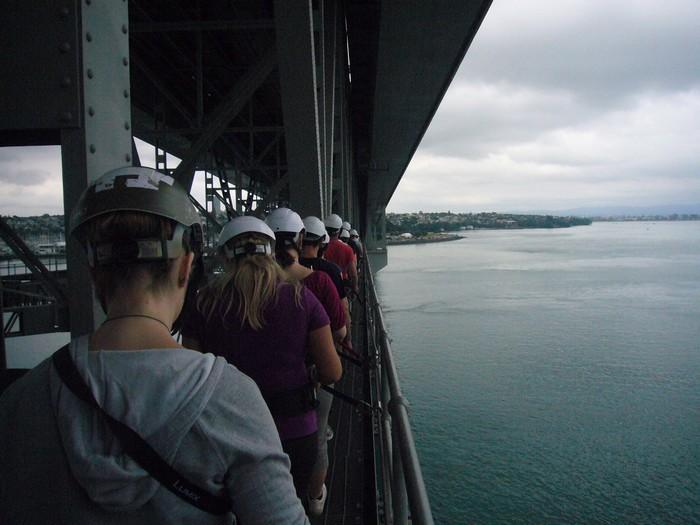 这是一个难忘的冒险旅程,奥克兰海港大桥上特别设计了行走通道,提供安全、愉快又可简单完成的体验,而且整个海港和城市令人难以置信的景色尽入眼帘。