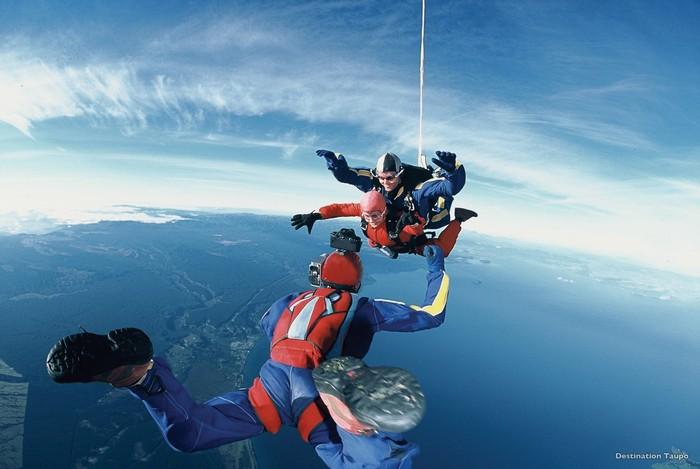 如果跳伞是你的野心之一,那陶波湖就是一个能让你满意的地方。