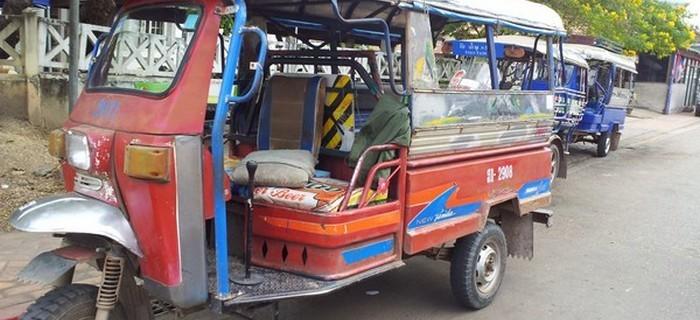 永珍市区内的主要交通工具之一tuk tuk 车。
