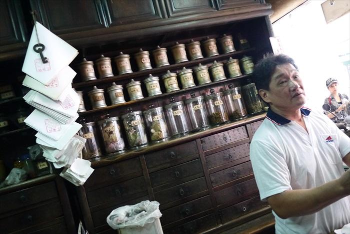 100多年历史的古井药房。
