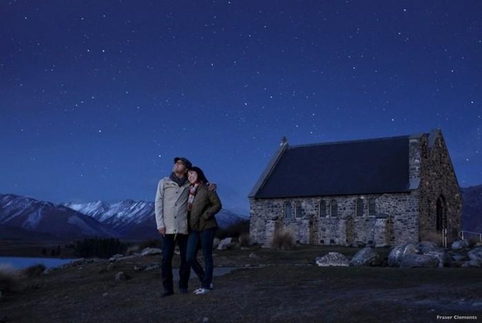 蒂卡波湖 ( Lake Tekapo) 被称为纽西兰最漂亮的湖,蒂卡波湖的浑然天成的湖光牛奶蓝色魔力的湖水以及在旁的好牧羊人教堂(Church of the Good Shepherd)是世界上最浪漫的举办婚礼的教堂之一。午后坐在湖畔长椅上,欣赏浑然天成的湖光山色,就是最棒的享受了!天空在夜晚摇身一变,点点繁星在天空不断眨眼,让人为之动情。