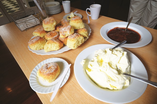 茶馆每日新鲜出炉的scones茶点,就连大黄果酱和牛油都上一自家制,味道超赞的啦!