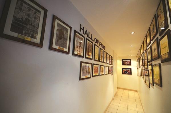 墙上布满着历代冲浪好手的照片和荣誉榜。