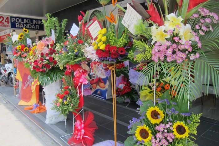 五颜六色的花架摆放在走廊,蘋果大厦开幕咯!