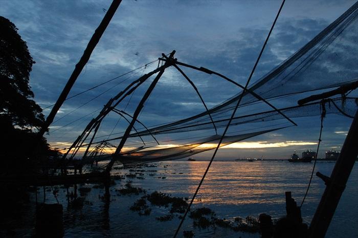 余辉下的中国渔网。