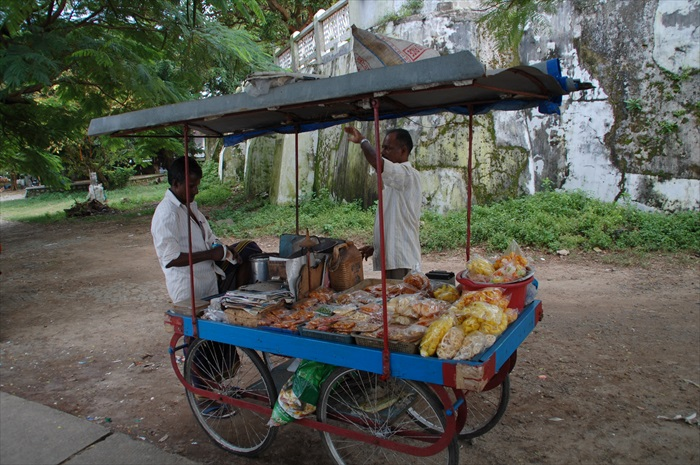 这种卖零食、kacang的三轮摊贩,随处可见。