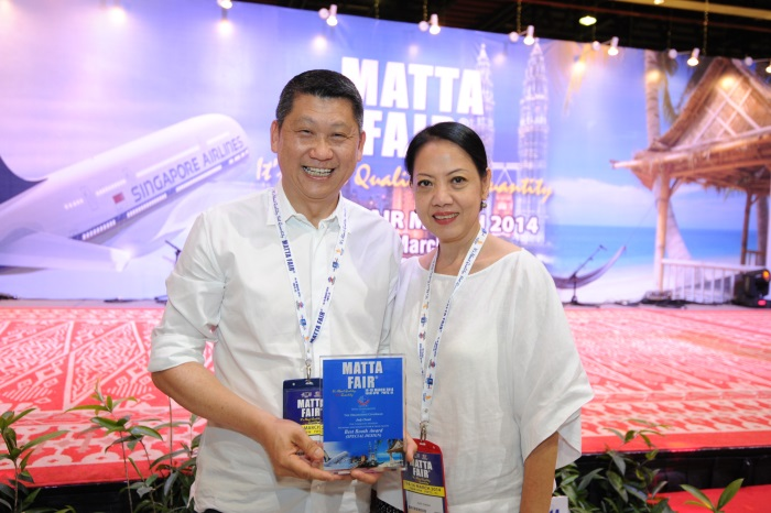 Lee san和颁奖人Judy相互祝贺。