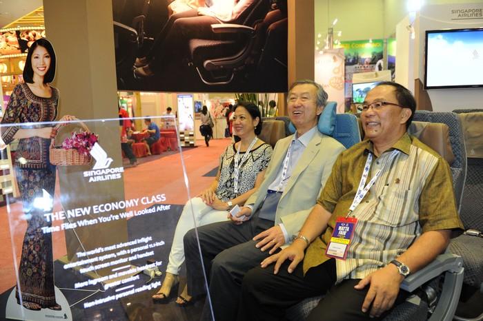 啊~原来是新加坡航空公司在会场展示的舒服客座机位吸引了他!