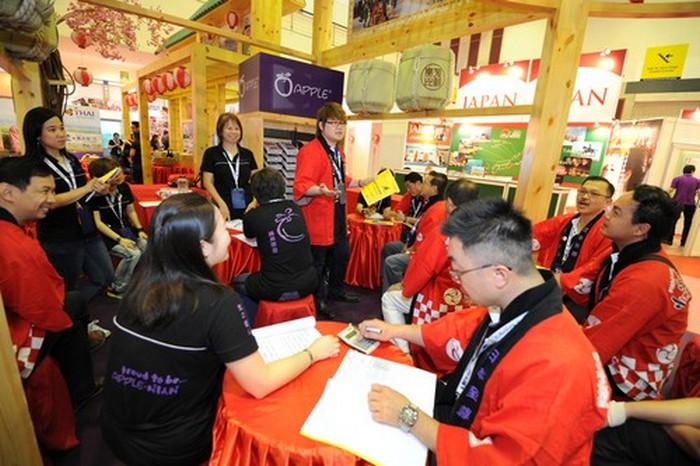 蘋果日本团队,在旅遊展正式开始前,进行最后的开会讨论。