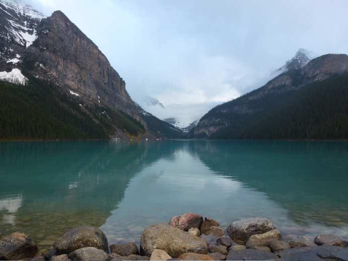 国家公园内景色优美,有高耸入云峰、白雪覆盖非常壮观的山脉冰峰群,还有川流不息的河流与瀑布、、湖泊、高山草原和无数的温泉。(二)